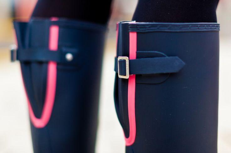 Ich bin ja ganz vernarrt in das pinkfarbene Detail an der Rückseite und habe passend zum Design des Schuhs auch die Farbe meiner Nägel, Lippen und meiner Handtasche gewählt. #pink #beauty
