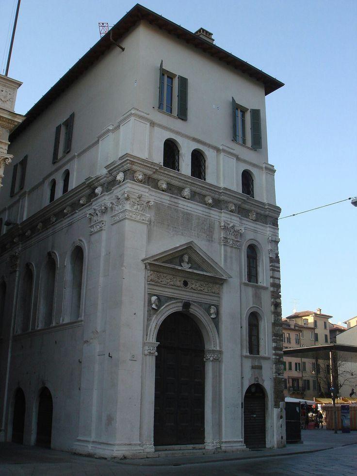 Antico ingresso con scalone alla Loggia di Brescia. 1503-1508. Il portale sulla strada è  di Gasparo da Cairano.