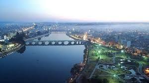 Seyhan-Adana  Seyhan, Türkiye'nin Adana ilinin bir ilçesidir. İlçe, tamamiyle Adana şehir merkezi içerisinde kabul edilmektedir ve tüm ilçeye bir alt tabaka belediye olan Seyhan Belediyesi hizmet vermektedir. Seyhan, Adana ilinin sakinlerinin % 35'ine ve Adana şehrinin sakinlerinin yaklaşık yarısına ev sahipliği yapmaktadır. Türkiye'deki en kalabalık beşinci metropol ilçe statüsündedir.