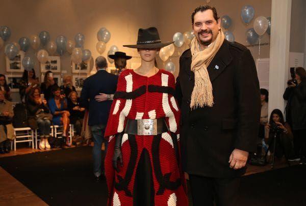 La propuesta de Marcelo Senra, con piezas claves como el sombrero de baby alpaca, poncho tejido, guantes de piel y cinturón ancho con detalle de orfebrería (Juan Villagran)