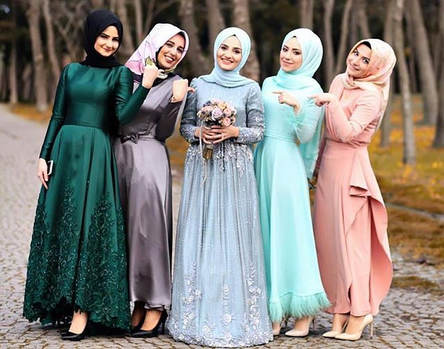 MashaAllah ♥ Happy bride and bridesmaids ♥ Gorgeous photo by the talented @busraacoskuun 🎀 . . . #muslimwedding #hijabbride #muslimweddingideas #nisan #pernikahan #akadnikah #gelinlik #tesetturgelinlik #nisanlik #kinalik #bindalli #evlilik #nikah  #hijabers #gelin #damat #nikkah #dugunfotografcisi #dugunfotografi #fotografcekimi #hijabibride #halallove #muslimbride #hijaboutfit #hijabbridesmaids #hijabibridesmaids #muslimbridesmaids #bridestory #weddingku #resepsi