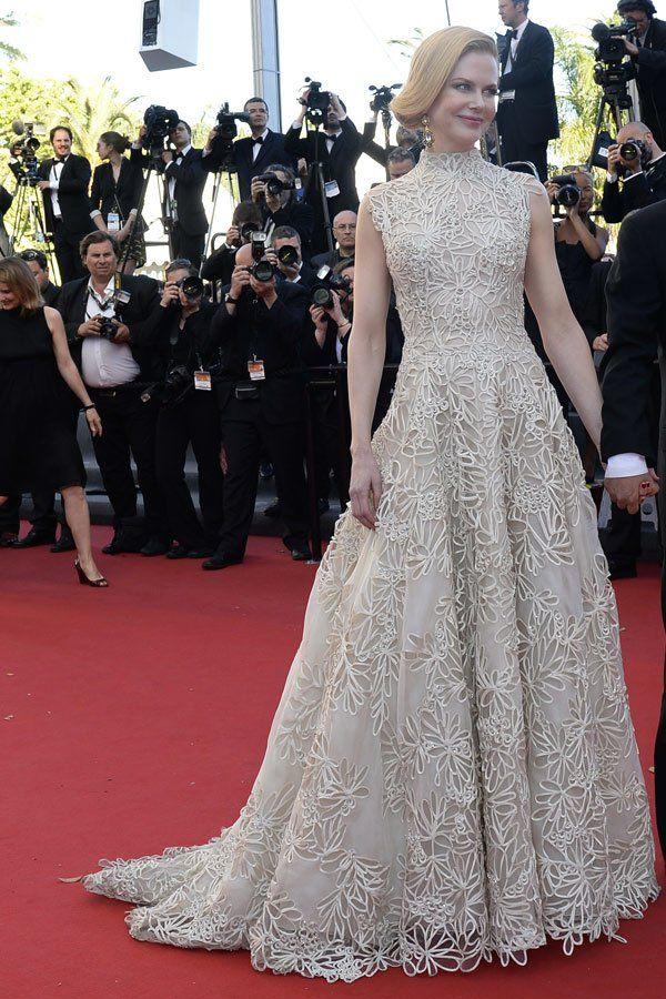 Platz 7 der Red Carpet Tops 2013 belegt Nicole Kidman in Valentino. Bei den Filmfestspielen in Cannes trug die Schauspielerin diese elfenbeinfarbene Spitzenrobe. Große Ohrringe und eine Old Hollywood-Frisur rundeten den Look perfekt ab. Alle Bilder zu den Festivitäten an der Côte d'Azur findet ihr hier: Cannes 2013
