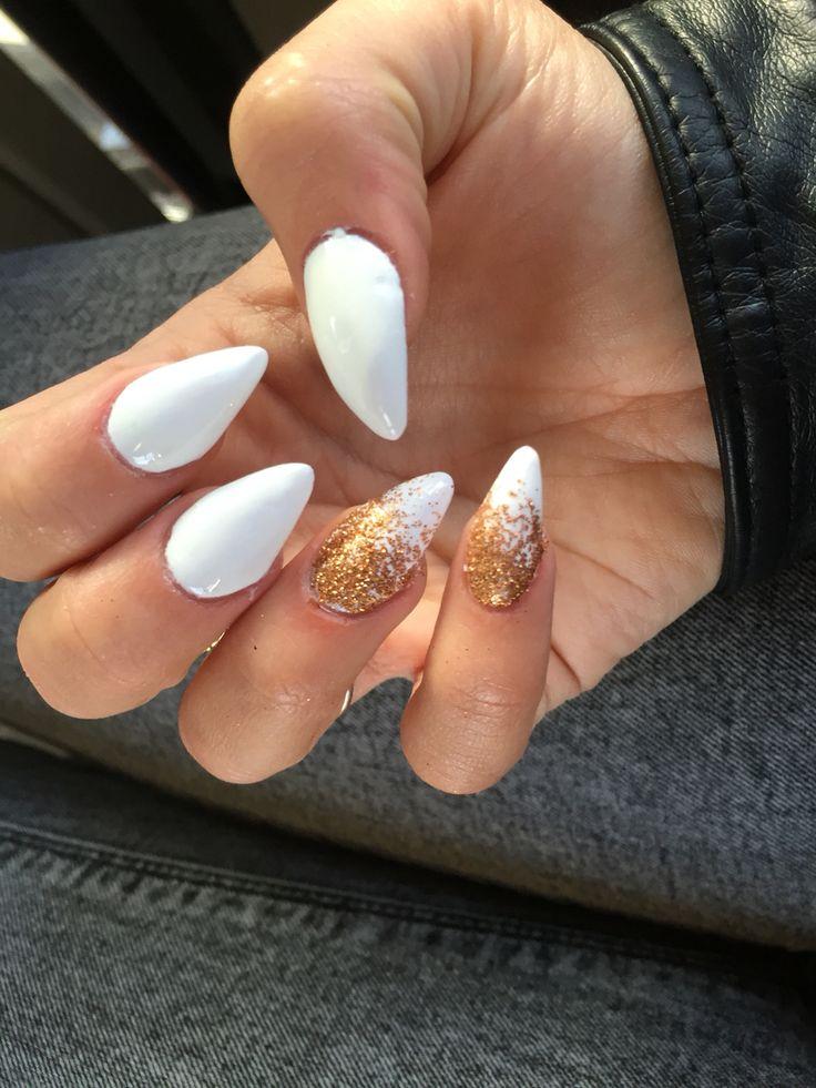 Queste sono le mie unghie in gel, bianche, ad artiglio, con i brillantini oro, lucide. Spero vi piacciano!!