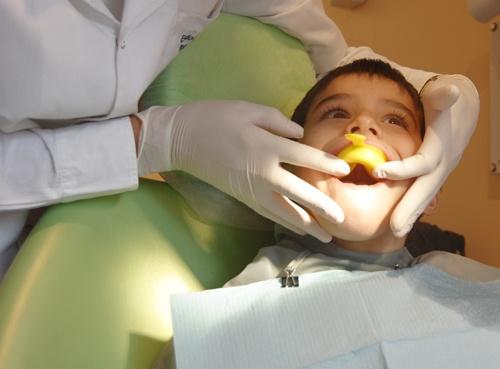 """""""El flúor es un mineral nutritivo, que sirve para mejorar la calidad del esmalte dental, consiguiendo que los dientes sean más resistentes a las caries""""."""
