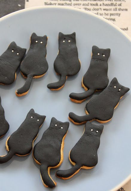 black cat cookies (cute)! (recipe en franca is) - via The Vanilla Bean Blog.