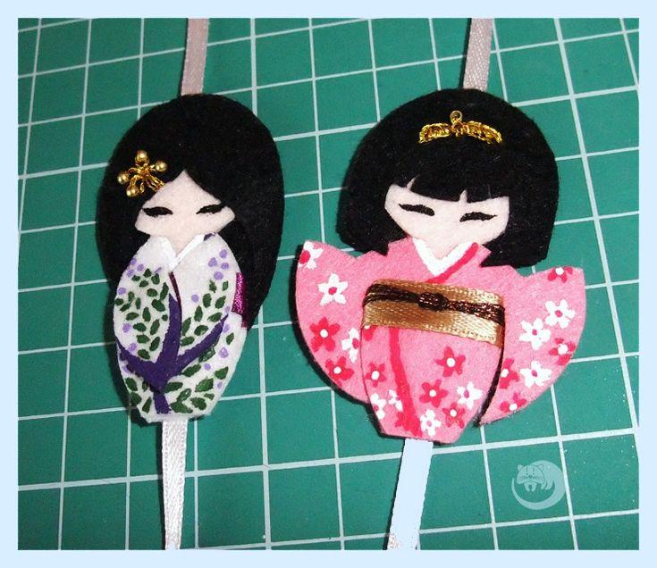 На создание этого мастер-класса меня вдохновила традиционная японская кукла-кокеши. Эти деревянные куклы отличаются простотой формы и очень органичной росписью (как наша матрешка). Каждая кукла раскрашивается вручную и обладает собственным характером и настроением. Красота через простоту — чудесная философия жизнелюбия. В своем мастер-классе я расскажу, как сделать из фетра пару заколочек для волос и шляпную булавку.