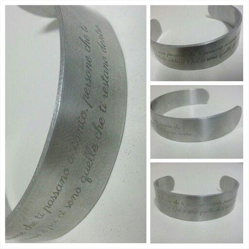 Bracciale a fascia in metallo personalizzabile con incisione frase, dedica, aforisma.