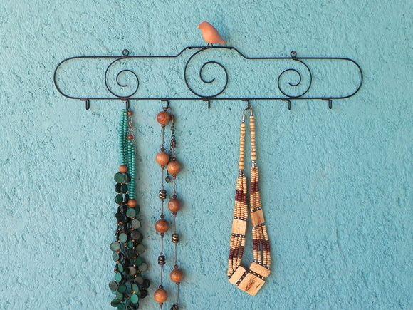 Em arame com passarinho de cerâmica e 7 ganchos para pendurar suas bijus. R$ 54,00