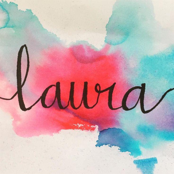 Laura: Victoriosa Nombre propio femenino de origen latino. Laurus (Laurel) significa victoriosa (coronada con hojas de laurel) ya que en la antigua Grecia a la gente honorablemente victoriosa se la coronada con una corona de laureles. Los romanos adoptaron la tradición y llamaron láurea a la corona de laureles En griego el nombre equivalente es Daphne que significa laurel  . . #Laura #laurel #daphne #letteringenespañol #letters #fb #tombow #tombowbrushpen #blending #nombres #etimologia…