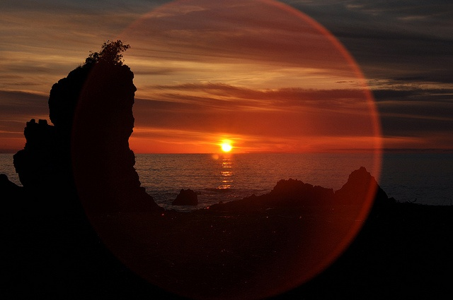 Helios    28.12.2010 Località Fiuzzi, Praia a Mare (CS).    Riflesso di luce catturato durante un tramonto.  La foto è stata scattata con l'ausilio di un filtro UV e molta pazienza.  La foto non ha subito ritocchi ma solo un resize.    Reflection of light captured during a sunset.  The photo was taken using a UV filter and a lot of patience.  This photo is SOOC, there is no editing, just a resize (SOOC = Straight Out Of Camera).    :-{Album Flickr}-:-{Blog Fotografico}-: