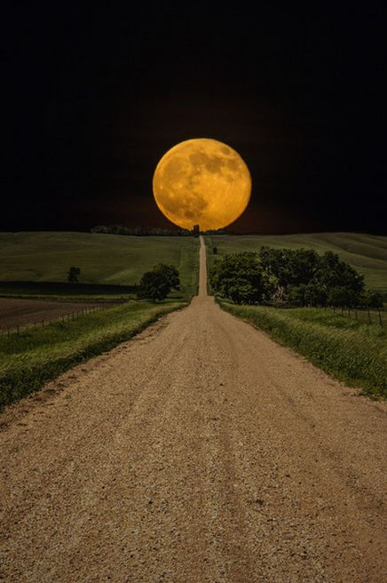 Supermoon sobe ao longo desta estrada para lugar nenhum no leste do Dakota do Sul Supermoon rises over this road to nowhere in eastern South Dakota