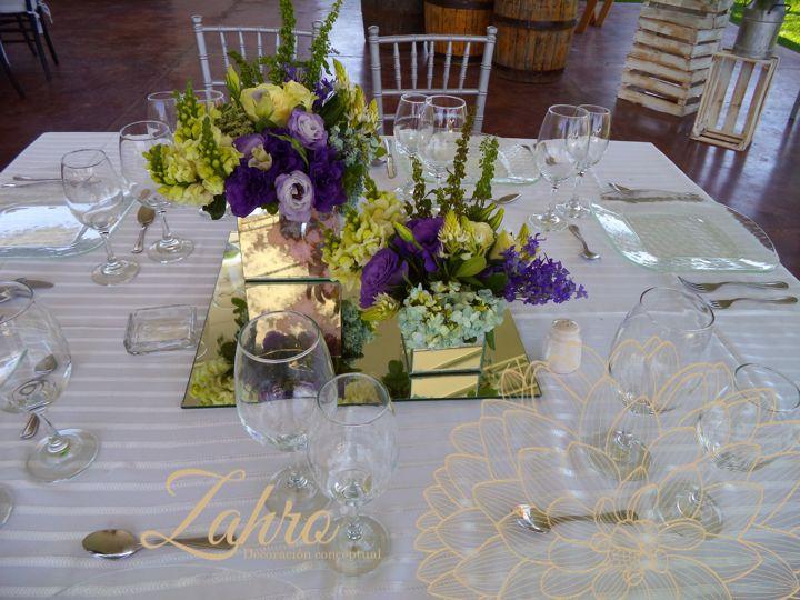 Centro de mesa / Base Espejo / Flores verde, lilas y morados.