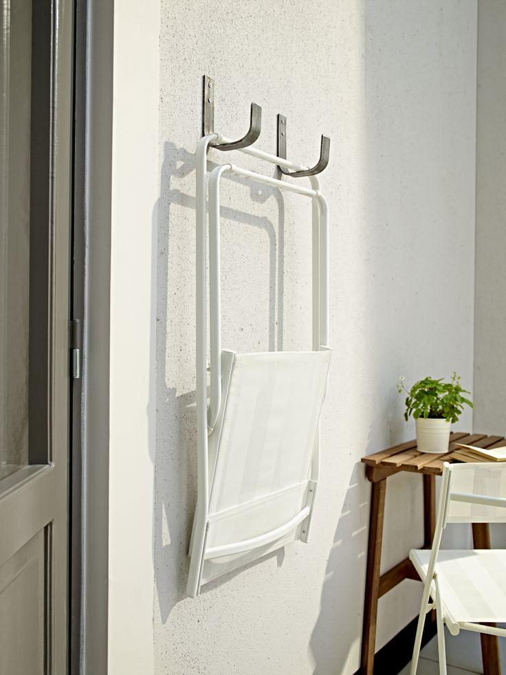 Tip. Hang de HÄRÖ klapstoel aan de muur op je balkon. Zo is extra stoelruimte altijd in de buurt en het ruimt lekker op.