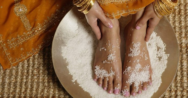 Los beneficios de un baño desintoxicante de pies. Los baños desintoxicantes de pies son una manera natural de eliminar las toxinas de tu cuerpo. Este procedimiento indoloro es conocido entre los seguidores de la salud y el sanamiento natural.