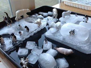 Superbe invitation d'environnement nordique avec petits animaux et morceaux de glace et glaçons dans un bac d'eau pour les enfants intéressés.
