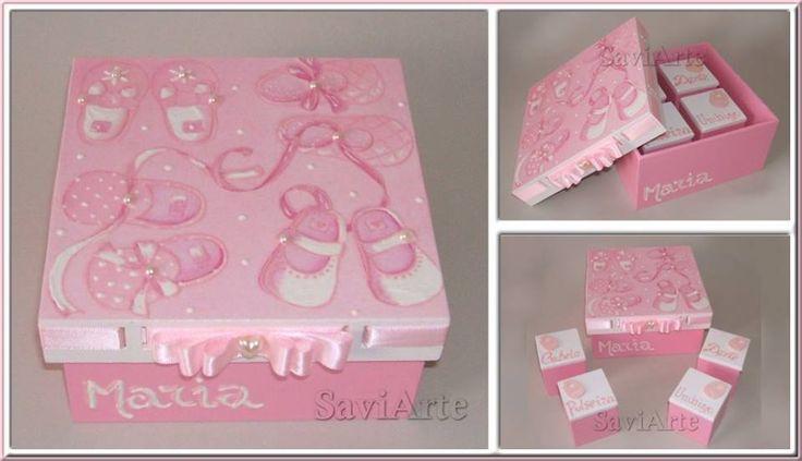 Conjunto de caixas para guardar recordações de bébé.