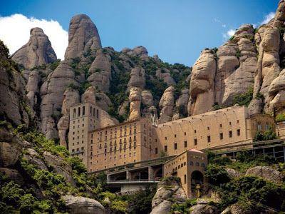 Montserrat (España). En Cataluña se puede encontrar la que para muchos es la montaña más extraña y misteriosa del planeta. Su cima supera los 1.200 metros de altura, donde alberga un monasterio benedictino, que simboliza la espiritualidad que rodea a Montserrat.