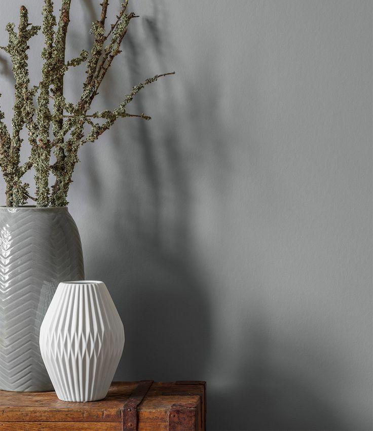 Alpina Feine Farben No. 02 – Nebel im November. Durch Weiß und Keramik-Stücke entsteht ein angenehmes, behaglich pures Wohngefühl.