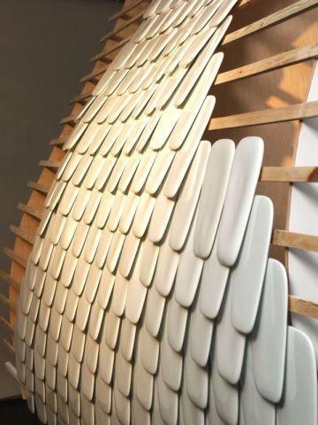 Prototype de mur d'écailles en porcelaine par Frédéric BOREL Réalisation CRAFT Limoges. Ceramic Network 2002, ARD Limousin. Collaboration UFPL - Union des fabricants de porcelaine de Limoges. #maisonAPart