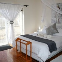 Lord Willis Guesthouse and self-catering accommodation in Williston with 3 bedrooms, air-con, indoor and outdoor braai facilities. Golf course and hiking trails nearby.