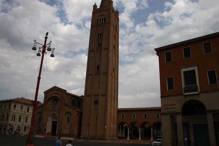 Panoramica della Piazza Aurelio Saffi nel centro di Forlì con dettaglio dell'Abbazia di San Mercuriale, edificio più noto della città e uno dei principali di tutta l'Emilia-Romagna. Costruita tra il 1178 e il 1232 in stile romanico è affiancata da un campanile alto 22,40m. Qui B&B in provincia di Forlì-Cesena in Emilia-Romagna http://bedandbreakfast.place/it/bb-emilia-romagna/forli-cesena