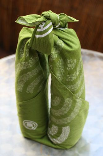 How to use FUROSHIKI. A great and beautiful way to wrap wine bottles as gifts <3