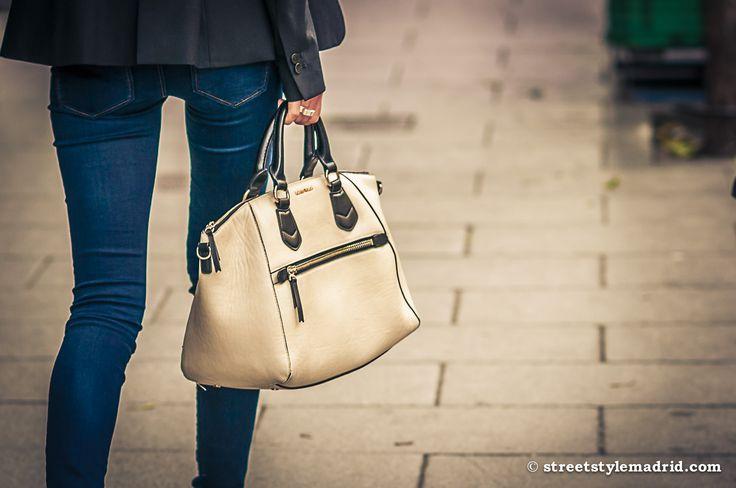 Bolso beige, Vaqueros pitillo, chaqueta, street style madrid