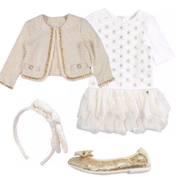Outfit composto da vestitino bianco con gonna ampia e stelline dorate sul corpetto, giacchina modello chanel bordata da una catena dorata, ballerine con paillettes dorate e cerchietto bianco.
