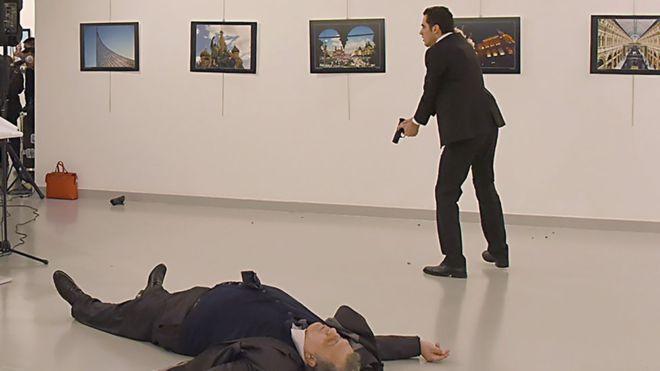 Dubes Rusia di Ankara Tewas Ditembak Pelakunya Polisi Turki Berseru: Jangan Lupa Aleppo!  Tampak Mevlut Mert Altintas usai menembak Dubes Rusia untuk Turki Andrey Karlov yang tersungkur dan akhirnya tewas  ANKARA (SALAM-ONLINE): Duta Besar Rusia untuk Turki tewas ditembak di ibu kota Turki Ankara Senin (19/12) malam waktu setempat.  Dubes Andrey Karlov (62) ditembak saat menyampaikan sambutannya di sebuah pameran fotografi. Ia ditembak beberapa kali. Karlov kemudian tewas.  Penembakan…