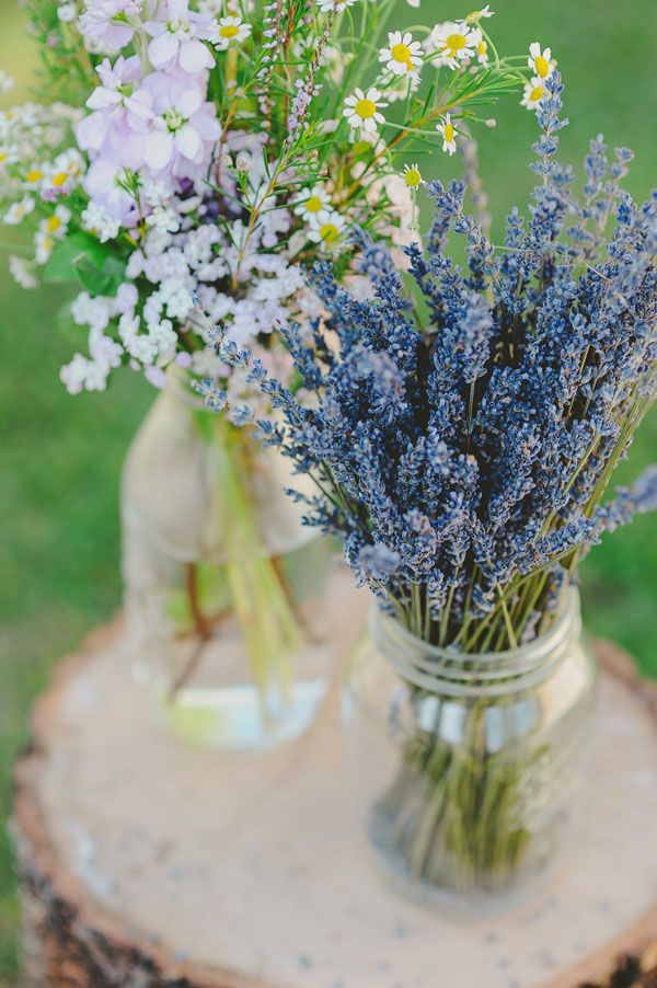 lavender and wildflowers in glass jars http://weddingwonderland.it/2015/06/fiori-per-un-matrimonio-in-estate.html