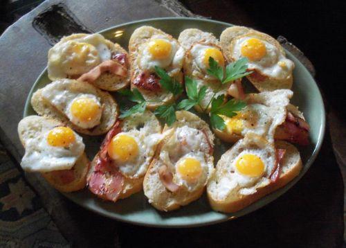Bocaditos de huevos de codorniz y bacon ahumado http://www.dondedijehuevodigodagu.com/post/55163497188/bocaditos-huevos-codorniz-bacon