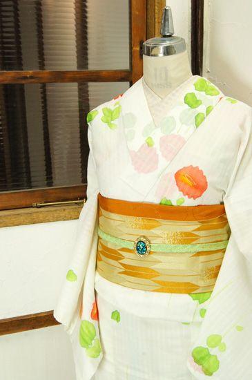 清々しい白の地に、水彩で描いたような優しい色彩とタッチで染め出されたお花模様が美しい夏着物風の浴衣です。 #kimono