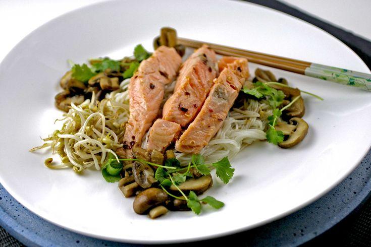 Noedels met zalm en een soja saus, zorgt deze week voor de zoute smaak. Soja vervangt in de Oosterse keuken immers ons zout. Vaak zal men in de Oosterse keuken een evenwicht trachten te vinden tussen zoet, zuur en zout. Er wordt dan ook wel regelmatig een schepje suiker in de gerechten toegevoegd.  De paddenstoelen hebben
