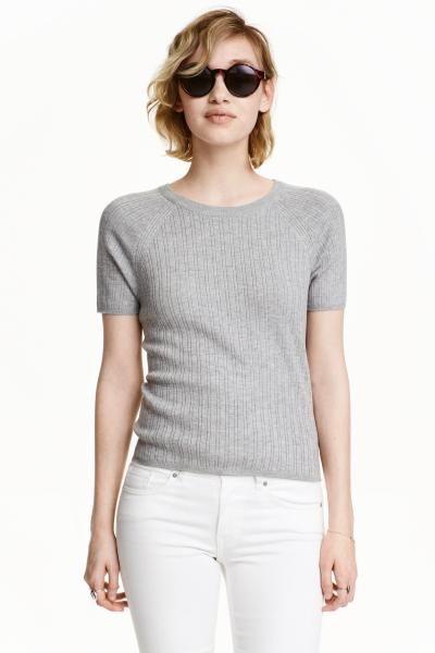 Pulover reiat cu mâneci scurte: Pulover tricotat cu model reiat, din fir moale, cu mâneci raglan scurte.