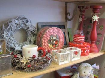 Adornos navideños, coronas, candelabros rojos, cajas metálicas, portavelas, tazones y más detallitos... en VYP.