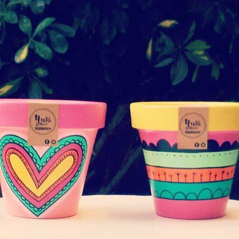 Macetulis que se van!!! Mucho color para este bello dia soleado!!!  BUEN JUEVES!!!!  #macetaspintadas #jueves #deco #garden #home #viveros #decoracion #rinconesbonitos #pintadoamano #hechoconamor #diseño #color #regalosoriginales #love #yukideco