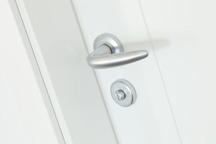 Puertas lacadas en blanco junto con los herrajes en acero inoxidable. Ideales para crear espacios limpios y abiertos. Además la forma de esta manilla de roseta crea una atmósfera moderna.