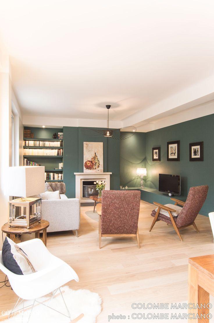 C'est un magnifique intérieur lumineux frais et tendance qui a pris place dans cette ravissante maison au coeur de Bron. Une vert petillant et sobre à la fois qui se marie à merveille à ce papier peint végétale. La décoration est sublimée par toutes ces couleurs.