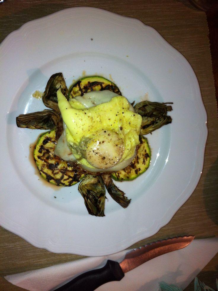 Hamburger su zucchine e carciofi grigliati con topping di pecorino e uovo un camicia alla curcuma