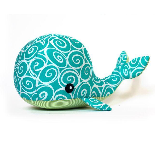 Bastel dir deinen eigenen Knuddel-Wal!     Dieser Wal ist 30 cm lang, wenn er fertig ist.       Die Nähvorlage enthält eine leicht verständliche Ba