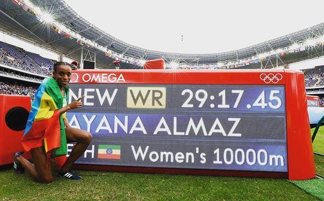 Almaz Ayana, da Etiópia , posa ao lado do seu recorde mundial nos 10000m!  E é só o primeiro dia do atletismo! ❤️ #Rio2016