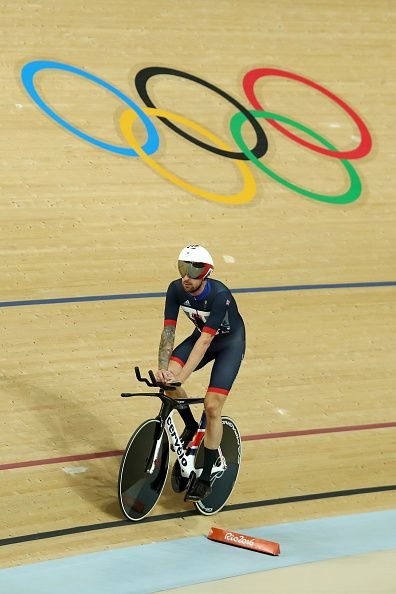 Bradley Wiggins of Team Great Britain celebrates setting the new world record of…