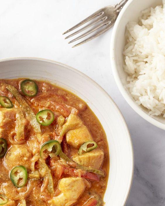 Kip jalfrezi kent zijn oorsprong in India en wil in het Bengaals zoveel zeggen als 'pikant'. De curry werd uitgevonden als een manier om restjes op te maken.