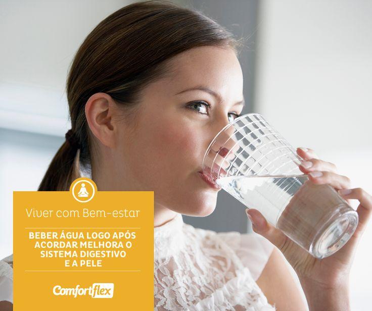 Beber um copo d'água logo após acordar faz toda a diferença na qualidade do seu dia. O hábito de hidratar o corpo logo pela manhã acelera o sistema digestivo e melhora a pele.