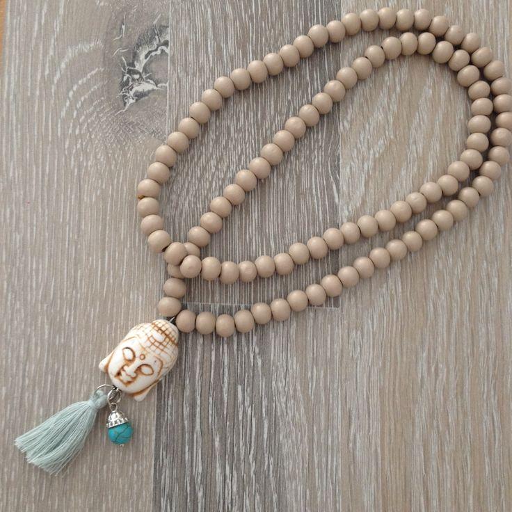 Half lange ketting van 8mm zand hout met een witte howliet Boeddha, turquoise kwastje en 8mm magnesiet met sierkap. Van JuudsBoetiek, te bestellen op www.juudsboetiek.nl.