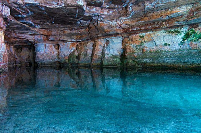 Considerado por muitos um dos passeios mais bonitos da chapada dos Guimarães, no Mato Grosso, a caverna de Aroe jari é a maior gruta de arenito do Brasil. Possui 1.550 m de extensão, é extremamente plana e apresenta inúmeras cachoeiras no interior. Próximo da entrada, existe uma nascente que formou a Lagoa Azul, piscina natural com água azul cristalina que se reflete nas paredes da gruta