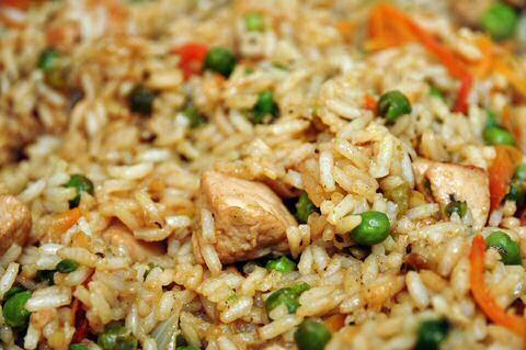 Snel, makkelijk en lekker recept om goedkoop nasi goreng met kip te maken in een gewone pan, zodat je keuken niet onder de vetspatten zit na het bakken.