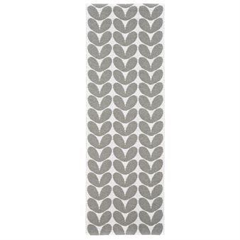 Dieser Kunststoffteppich von Brita Sweden hat ein grafisches Muster in den Farbtönen weiß und
