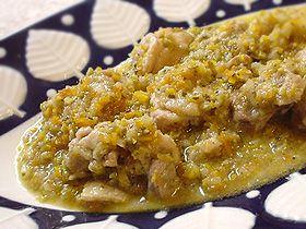 鶏肉の地中海風オリーブ煮 Pllo cocido en oliva鶏肉(もも)1枚 グリーンオリーブ20粒 タマネギ1/4個 ニンジン1/4本 セロリ1/4本 ローズマリー1枝 小麦粉大さじ1 塩コショウ少々 タマネギ・ニンジン・セロリをみじんに刻む。 ローズマリーは柔らかい葉を摘み、細かく刻む。 鶏肉は一口大にカットし、塩コショウをふって小麦粉を薄くまぶす。 オリーブオイル(分量外)を熱し、表面に焼き色をつけ一旦取出す。 あいたフライパンでタマネギ・ニンジン・セロリ・オリーブを炒める。 鶏肉・水200cc・ローズマリーを加え、蓋をして弱火で20分煮、塩コショウで調味する。 ◇ maaaから一言 ◇ 写真ではグリーンオリーブを使っていますが、ライプオリーブ(黒い実)でもおいしく作れます。 豚肉や白身魚、鮭とも相性のいいソース。パスタやチャーハンにかけてもおいしい