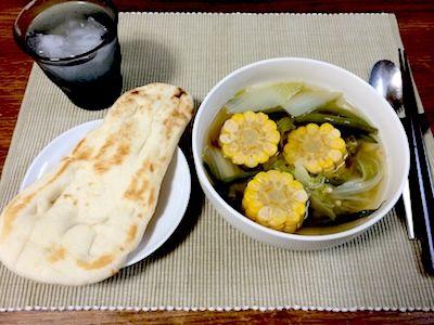 インドネシア料理のサユールアサム インドネシア料理は甘みとピリ辛が特徴だそうです。サヤインゲンと白菜そしてオクラ、下茹でしたコーンを野菜コンソメと醤油と甜菜糖、それからほんのちょっと辣油と生姜汁を入れて焚き込みました。ナンが合いました。